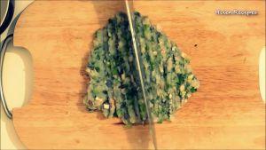 Đam Mê Ẩm Thực Thêm-1-nhánh-Tỏi-1-cây-Hành-Lá-và-tiếp-tục-băm-nhuyễn-rồi-cho-ra-bát3-dammeamthuc.com_