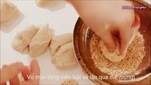 Đam Mê Ẩm Thực Vo-tròn-từng-miếng-bột-nhỏ-và-lăn-qua-Vừng-Mè-rồi-đặt-vào-khay2-dammeamthuc.com_