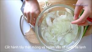 Đam Mê Ẩm Thực Cắt-Hành-Tây-thật-mỏng-và-cho-vào-bát-nước-đá-rồi-để-ráo-nước3-dammeamthuc.com_