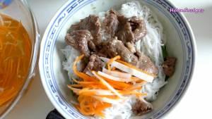 Cho-Rau-thơm-bún-vào-bát.-Thêm-thịt-Cà-Rốt-ngâm-chua3-dammeamthuc.com_