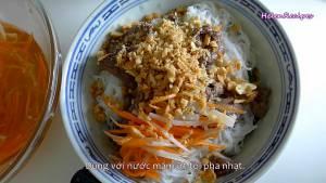 Cho-Rau-thơm-bún-vào-bát.-Thêm-thịt-Cà-Rốt-ngâm-chua5-dammeamthuc.com_