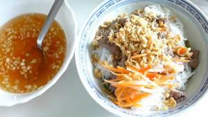 Cho-Rau-thơm-bún-vào-bát.-Thêm-thịt-Cà-Rốt-ngâm-chua6-dammeamthuc.com_