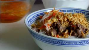 Cho-Rau-thơm-bún-vào-bát.-Thêm-thịt-Cà-Rốt-ngâm-chua7-dammeamthuc.com_
