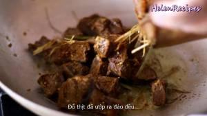 Đam Mê Ẩm Thực Cho-Thịt-Bò-đã-ướp-vào-chảo-và-đảo-đều-dammeamthuc.com_