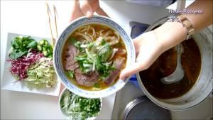 Đam Mê Ẩm Thực Cho-bún-Thịt-bò-giò-Heo-vào-bát.-Thêm-nước-dùng3-dammeamthuc.com_