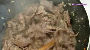 Thêm-hỗn-hợp-thịt-bò-ở-bước-1-và-xào-nhanh-tay3-dammeamthuc.com_