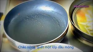 Quết-lớp-Dầu-ăn-mỏng-vào-chảo-nóng-dammeamthuc.com_