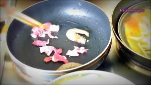 Thêm-cỡ-2-con-Tôm-5-miếng-thịt-và-đảo-đều-cho-chín-dammeamthuc.com_